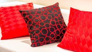 диван с червени възглавници